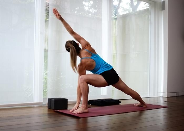 La Posture de l angle latéral pour renforcer les jambes et la ... 3d064ceb696