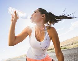 ciclista bebiendo agua
