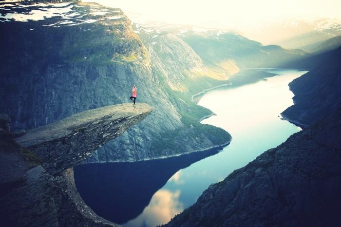 Mujer haciendo postura de Yoga en montaña