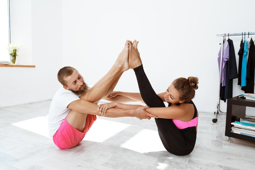 il renforce votre lien de couple avec ces asanas de yoga pour les deux videos blue. Black Bedroom Furniture Sets. Home Design Ideas