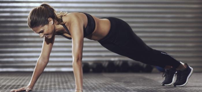 Mujer haciendo ejercicio de plancha