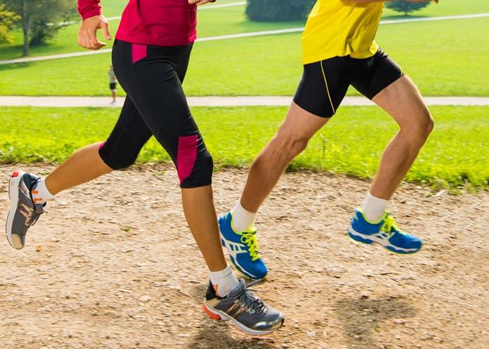 dos personas corriendo