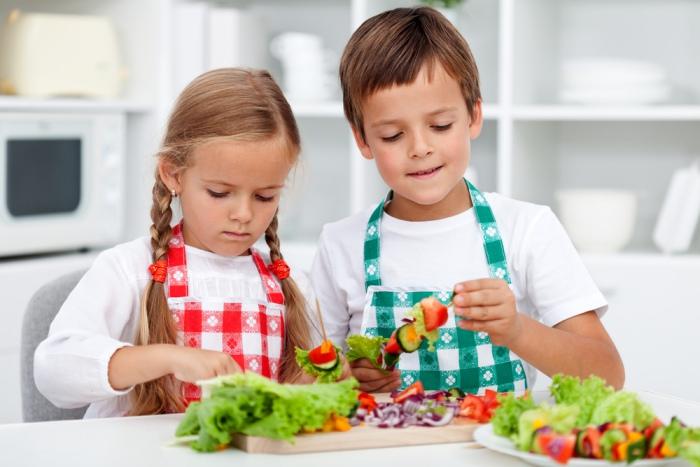 Niños preparan vegetales