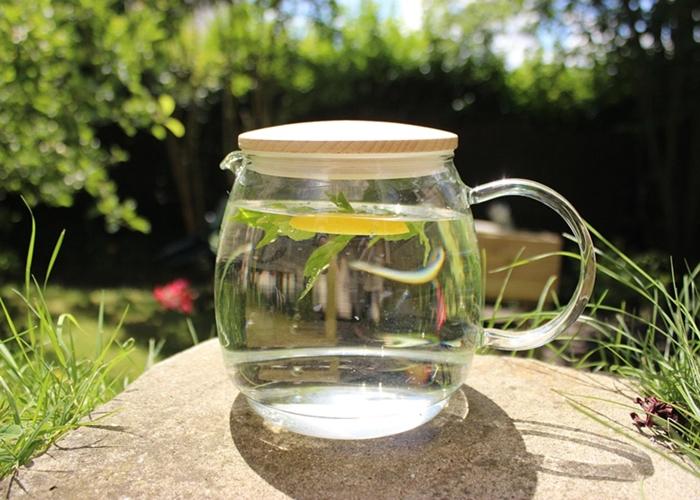 Jarra de agua con limón