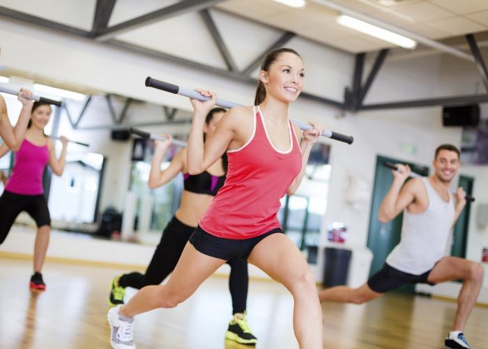 Personas ejercicio bastón