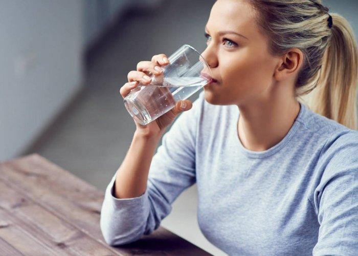 Mujer beber agua