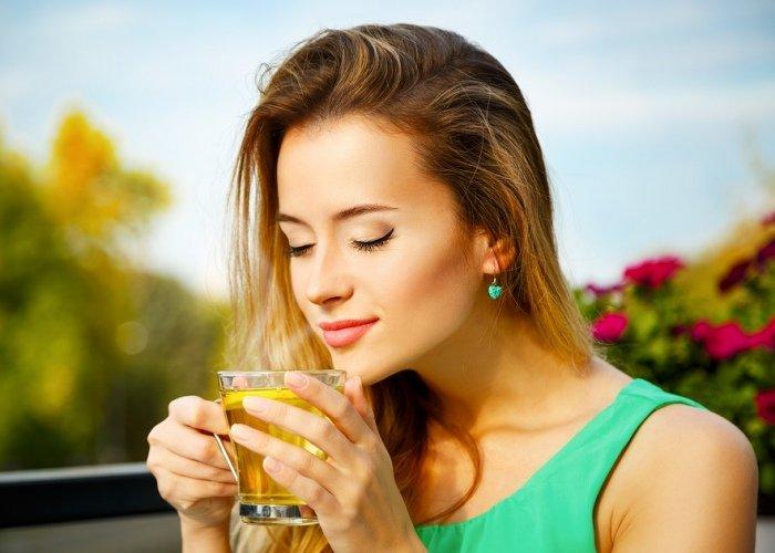 Mujer bebiendo infusión