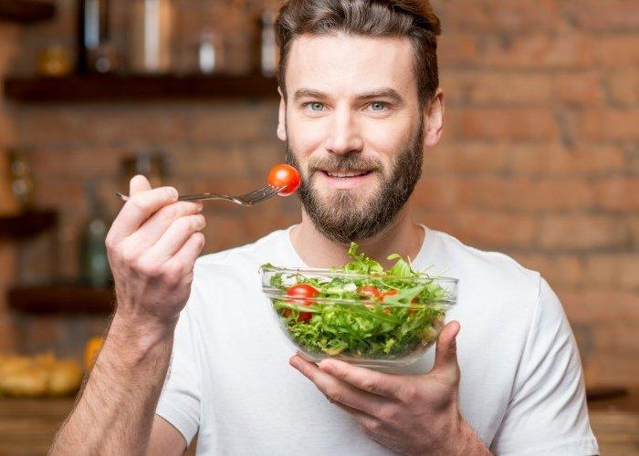 Hombre comiendo saludable