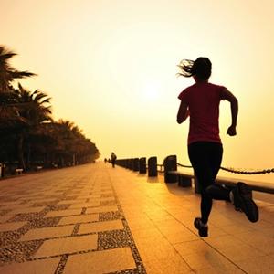 Chica corriendo temprano