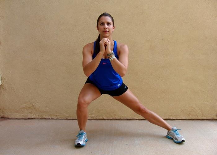 Mujer haciendo una zancada lateral