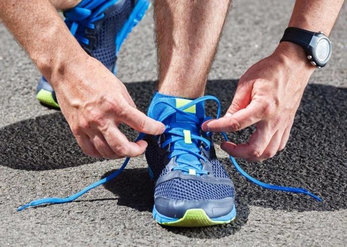 Atando zapatillas
