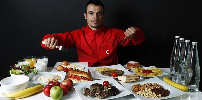 Atleta turco comiendo