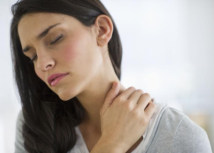 mujer-con-dolor-de-cuello