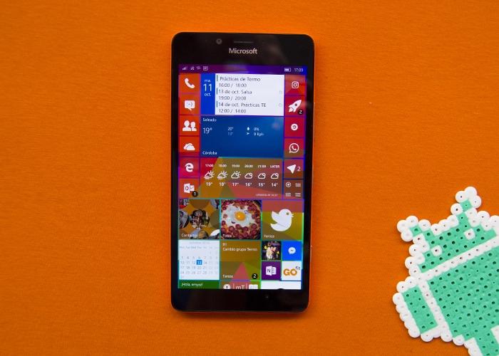 Lumia 950 sobre un fondo naranja con el logo de Android al lado