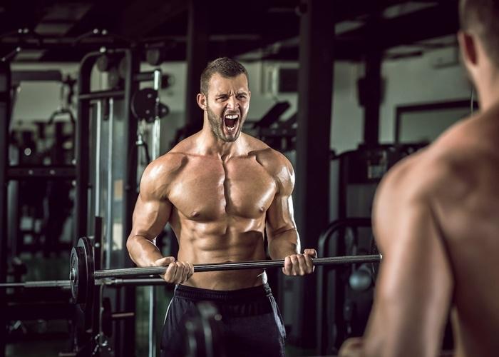 Enfadado levantando pesas