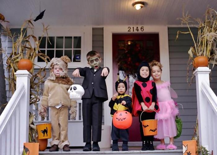 5 chicos disfrazados de halloween