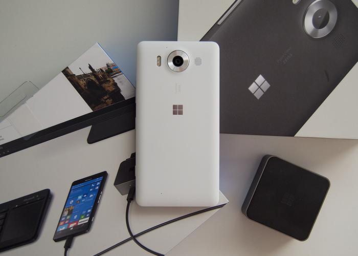 Lumia 950 con sus cajas y el dock de Continuum